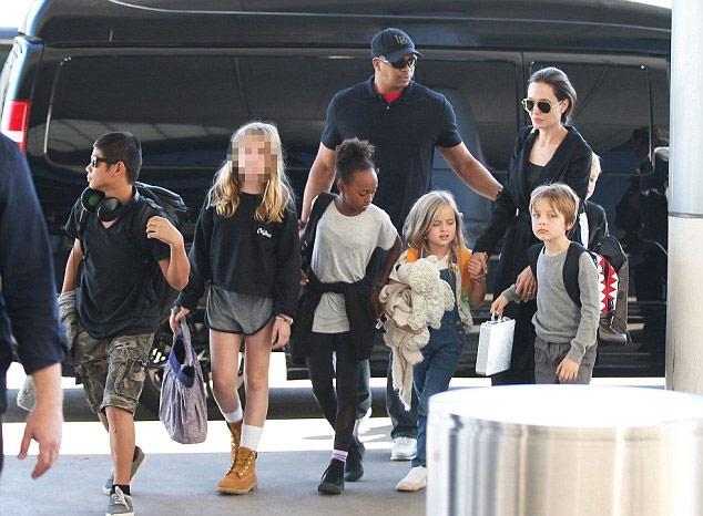 朱莉带领众孩子抵达洛杉矶机场 一袭黑色风衣酷劲