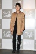 <b>韩国男明星宋钟基身着驼色风衣出席电影《特殊的顾客们》</b>