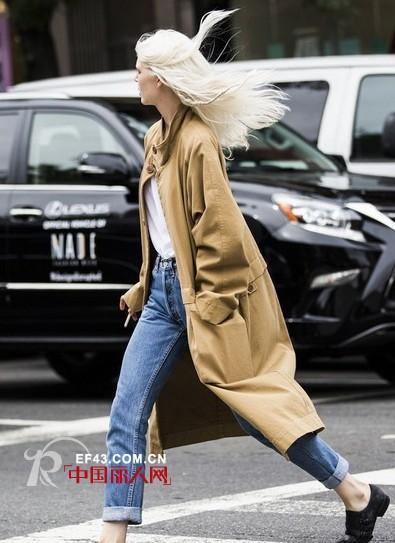 秋日学潮人搭配风衣 让你时尚保暖两不误