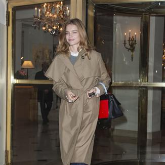 纳塔利·沃佳诺娃  穿大气时尚风衣离开巴黎Bristol酒店