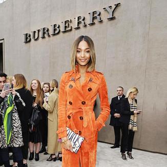 超模卓丹·邓身穿Burberry橙色风衣现身秋冬伦敦男装周博柏利秀场