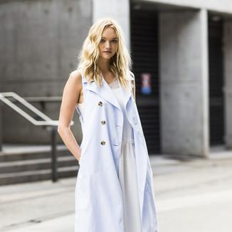 超模吉玛·沃德 澳大利亚时装周秀场外街拍,浅蓝色无袖风衣内搭白色连衣裙优