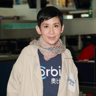 吴君如独自现身机场,驼色风衣+九分长裤造型随意轻松!