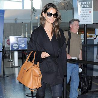 麻豆莉莉·奥尔德里奇  身穿黑色风衣现身洛杉矶国际机场Lily Aldridge