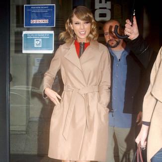 泰勒·史薇芙特  身穿卡其色风衣在巴黎前往