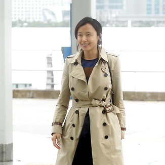 全度妍韩国仁川机场街拍:Burberry风衣装点随性优雅,