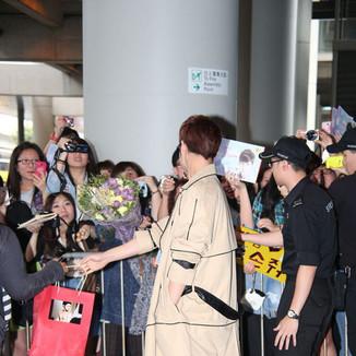 金汎最新香港机场街拍:大大风衣搭配黑色墨镜超抢镜